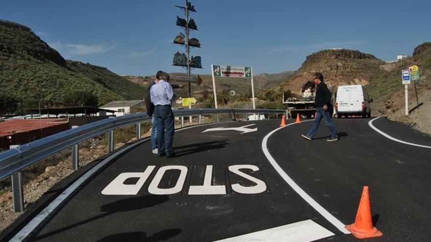 Operarios del Ayuntamiento de San Bartolomé de Tirajana reabren los accesos a Montaña la Data tras los trabajos de limpieza de la vía.