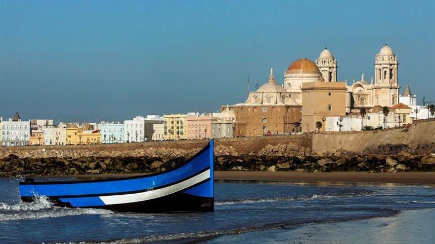 Llega una patera con unos 30 inmigrantes a una playa de la ciudad de Cádiz