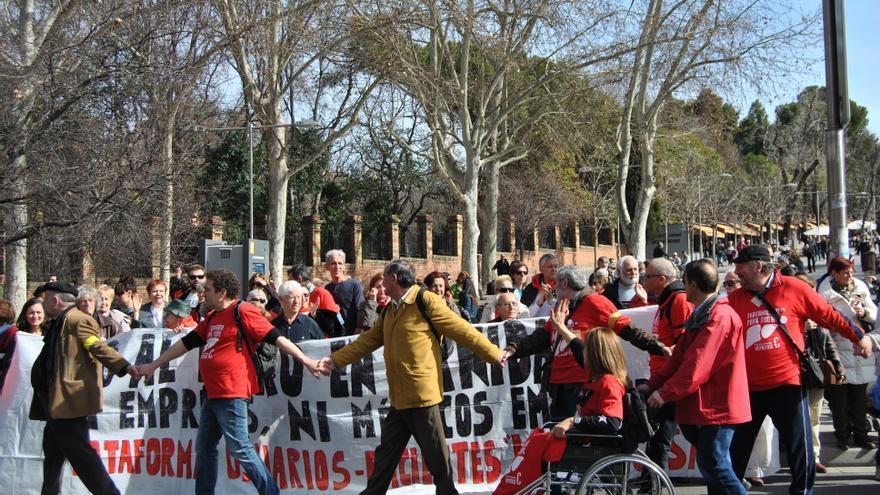 La protesta de los enfermos y afectados por hepatitis C a su salida de la plaza de Atocha. \ Mercedes Domenech