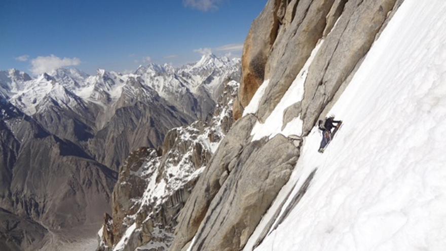 La expedición WOPeak asciende por la cara Sur del Paiju Peak.