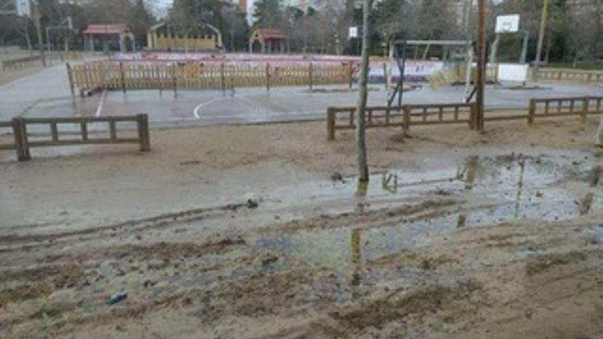 El líquido tóxico, revuelto ya con la tierra tras las lluvias