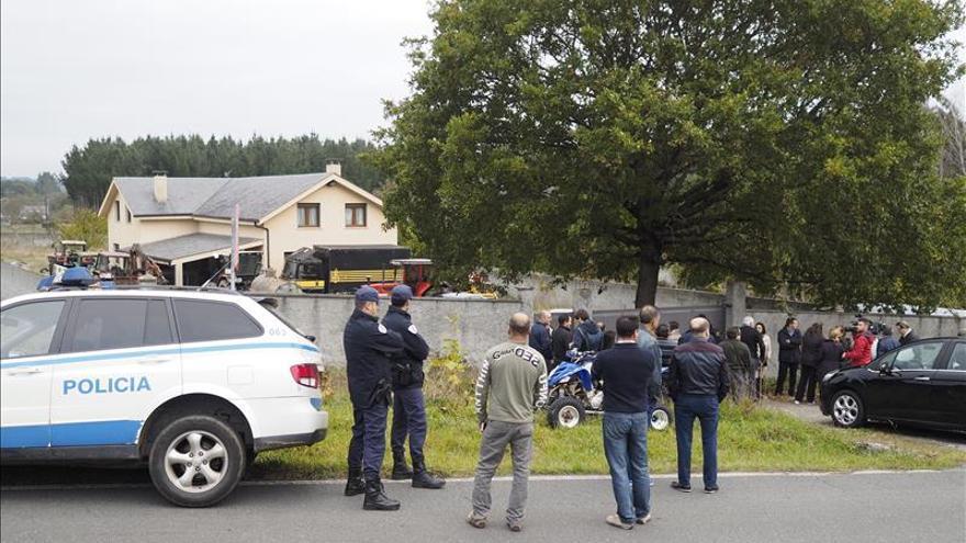 Vecinos rodean con vehículos una vivienda para evitar una orden de demolición