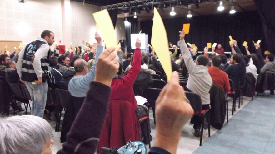 Un momento de la votación con tarjetas amarillas y naranjas durante la asamblea de Ganemos.