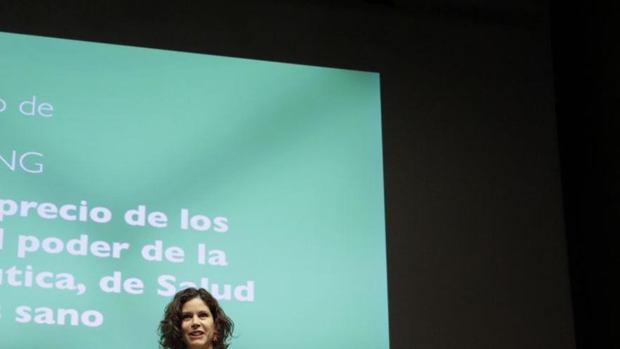Vanessa López, directora de Salud por Derecho, Eva Iráizoz e Irene Bernal, investigadoras de la organización, reciben el Premio al mejor trabajo de documentación e investigación de una ONG por los Informes sobre el precio de los medicamentos y el poder de la industria farmacéutica