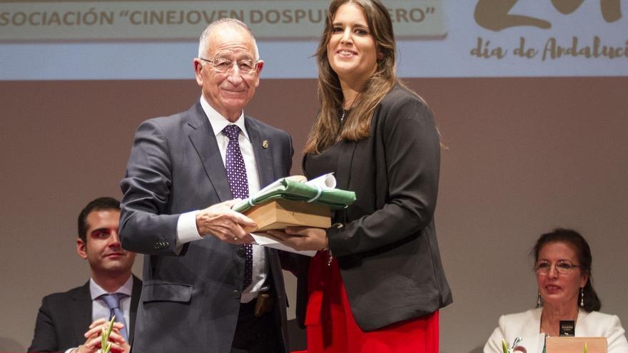 Gabriel Amat entrega la Bandera de Andalucía a la Asociación Cinejoven 2.0