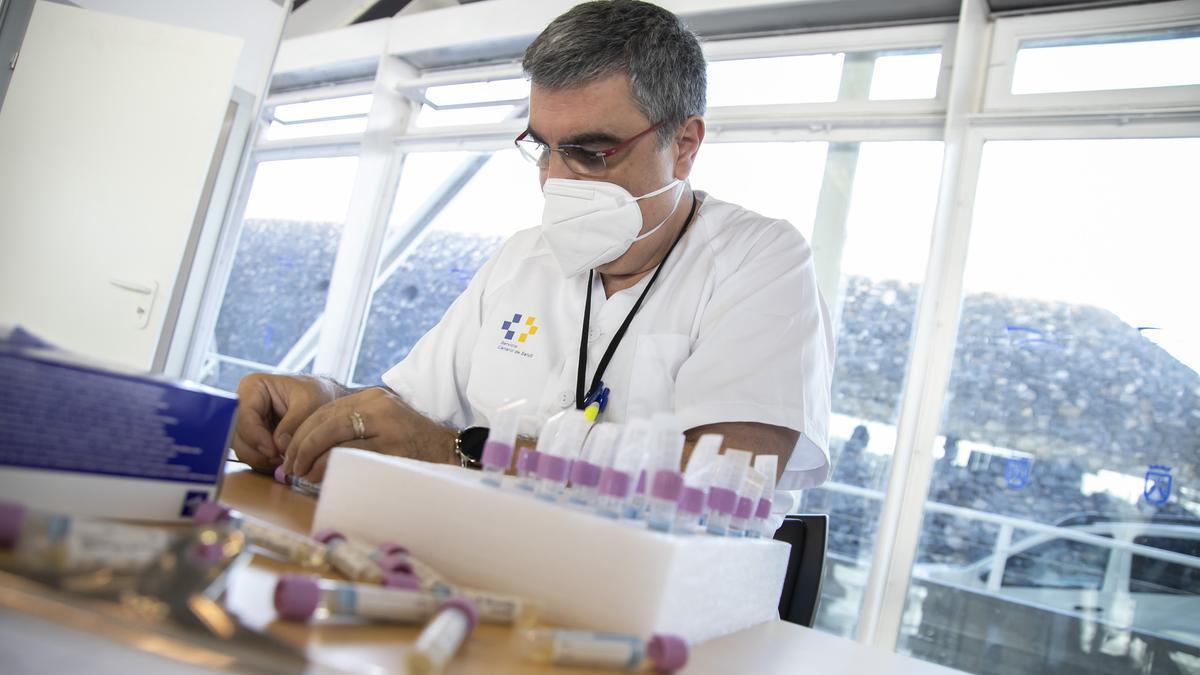 Un sanitario con muestras para pruebas PCR