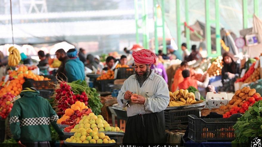 Imagen del material de propaganda del EI en la que se ve un mercado de Qayyarah, Irak.