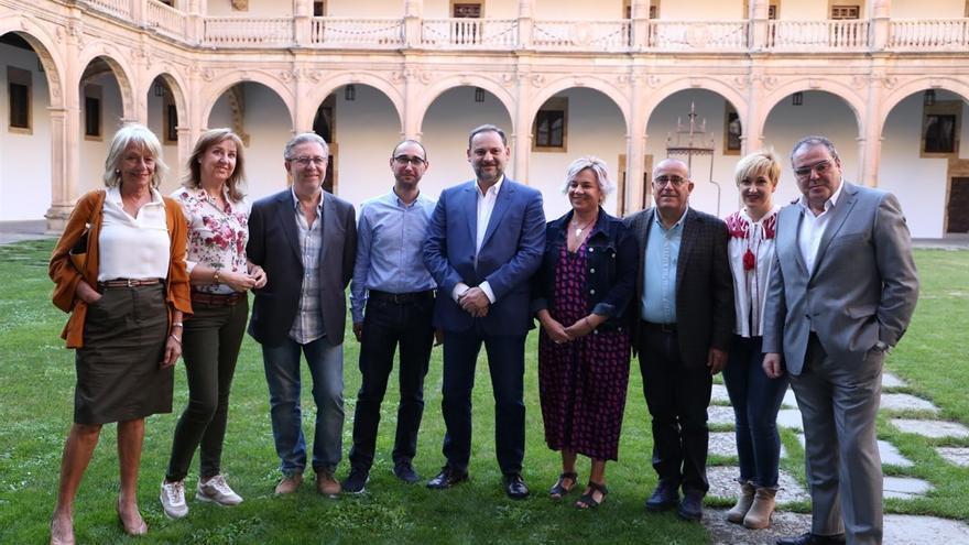 Los cabezas de lista del PSOE de Salamanca, junto al ministro de Fomento, José Luis Ábalos