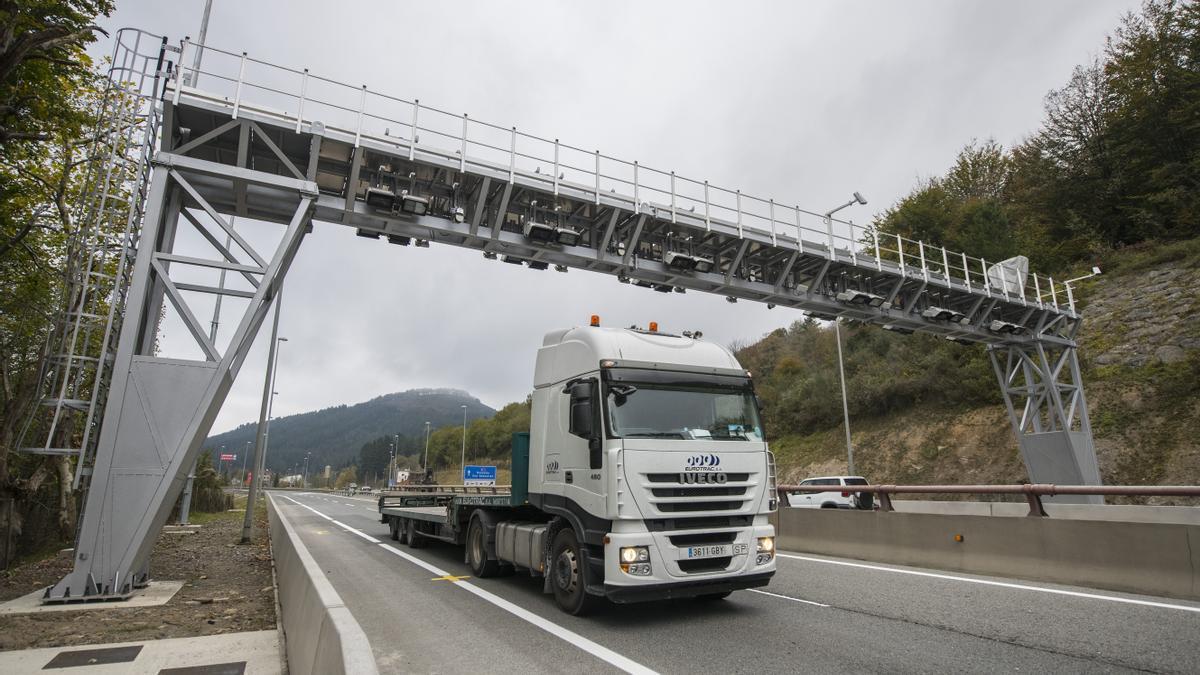 Un camión pasa por un peaje en Etxegarate