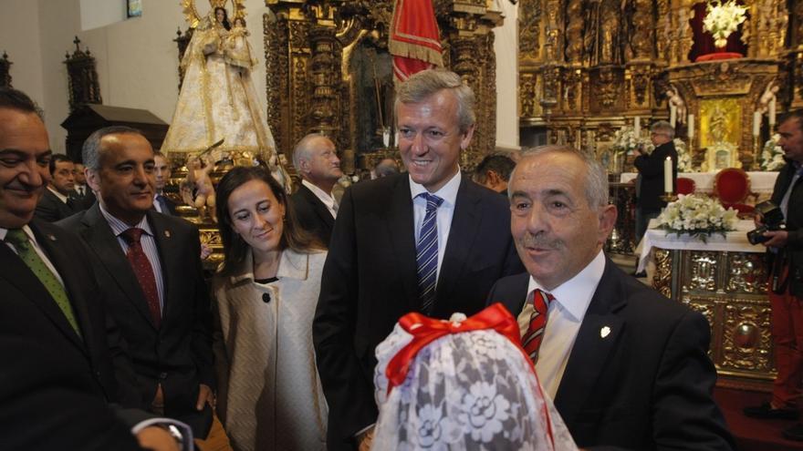 El vicepresidente de la Xunta, con el alcalde de Vilalba y  otros cargos del PP, en la ofrenda