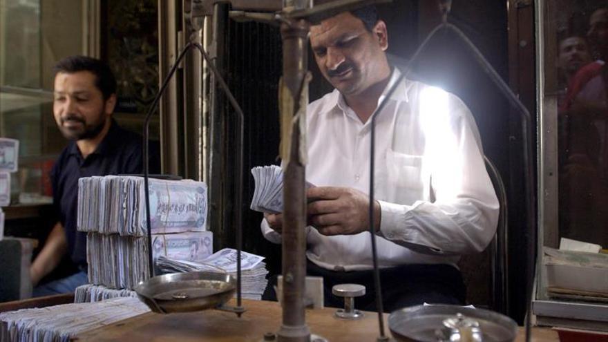 Túnez apuesta por devaluar el dinar para tratar de superar su aguda crisis