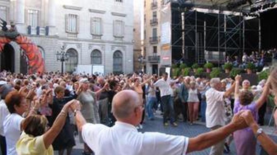 Gente bailando la sardana