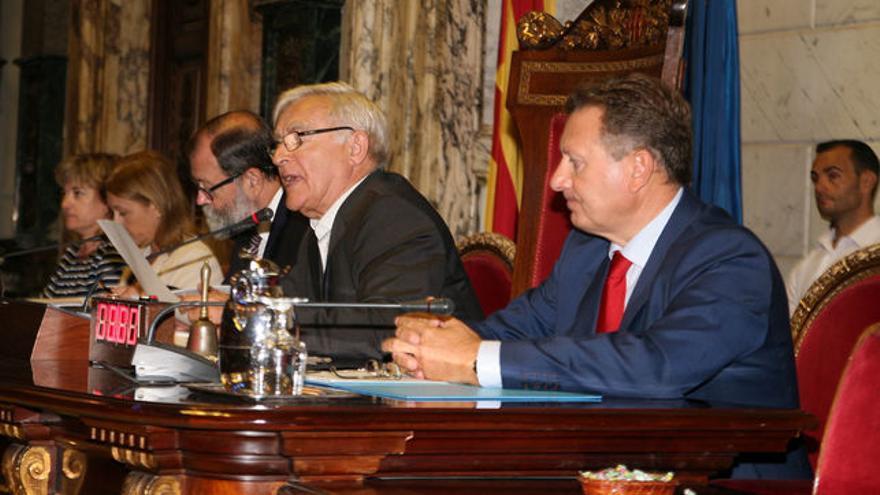 Joan Ribó, en el centro, durante un pleno del Ayuntamiento de Valencia.