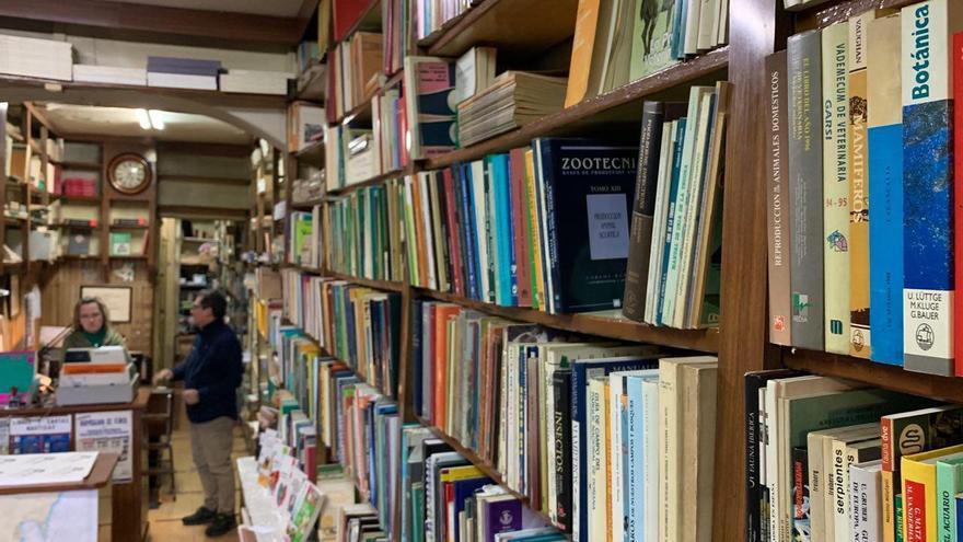 Uno de los estantes de la librería Nicolás Moya