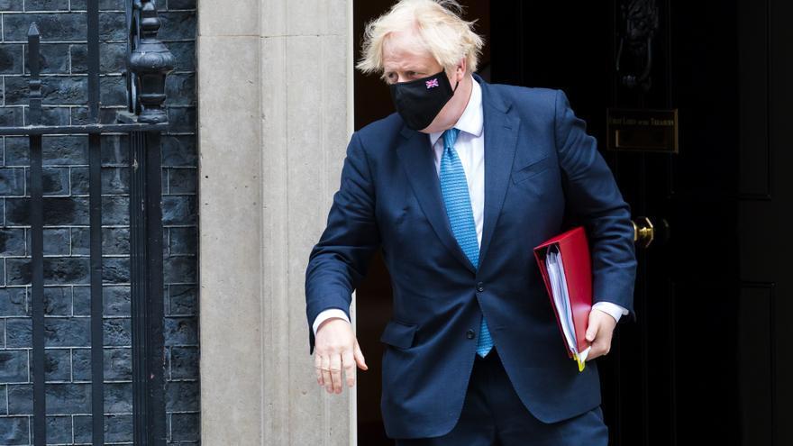 Johnson advierte de que multarán a redes sociales si no eliminan el racismo