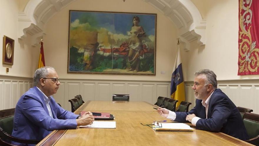 El secretario general del PSOE de Canarias, Ángel Víctor Torres (d), conversa con el portavoz de la Agrupación Socialista Gomera (ASG) en el Parlamento de Canarias, Casimiro Curbelo (i)