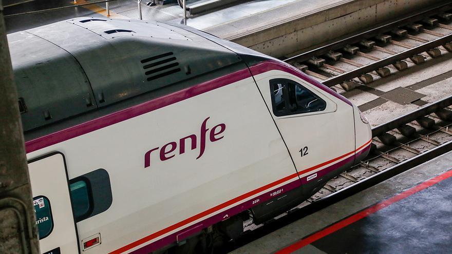Un tren dentro de la estación de Córdoba | ÁLEX GALLEGOS