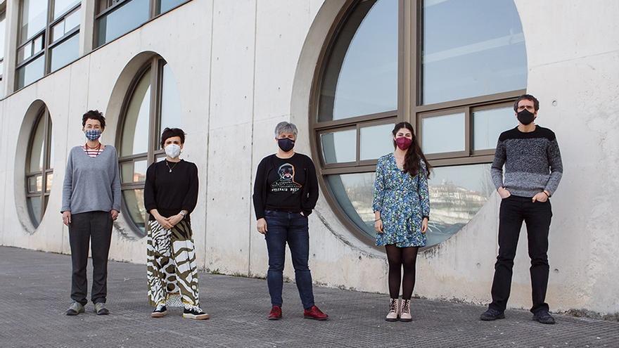 Archivo - De izquierda a derecha, Natalia Tajadura, Estefanía Regalado, Izaskun Andueza, Angie Marcela Bejarano y Rubén Lasheras Ruiz, colaboradora en el proyecto 'EMBRACE HE'
