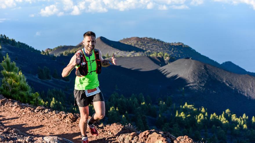 Imagen de archivo de un corredor de la Transvulcania por un tramo de la carrera entre volcanes. Foto:Transvulcania/Canofotosport.