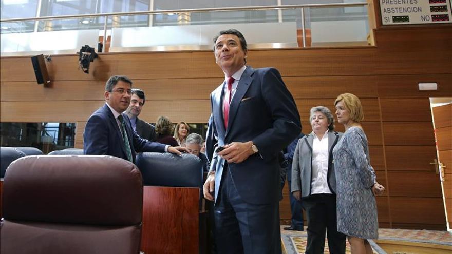 González se defiende ante la oposición mientras el PP avala su honradez