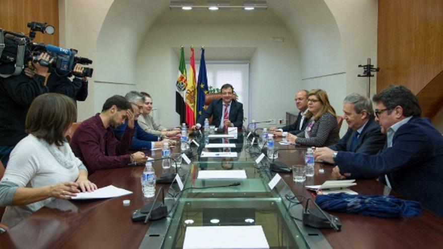 Reunión de Fernández  Vara con los agentes sociales y los grupos parlamentarios para abordar el Pacto por el Ferrocarril / Junta