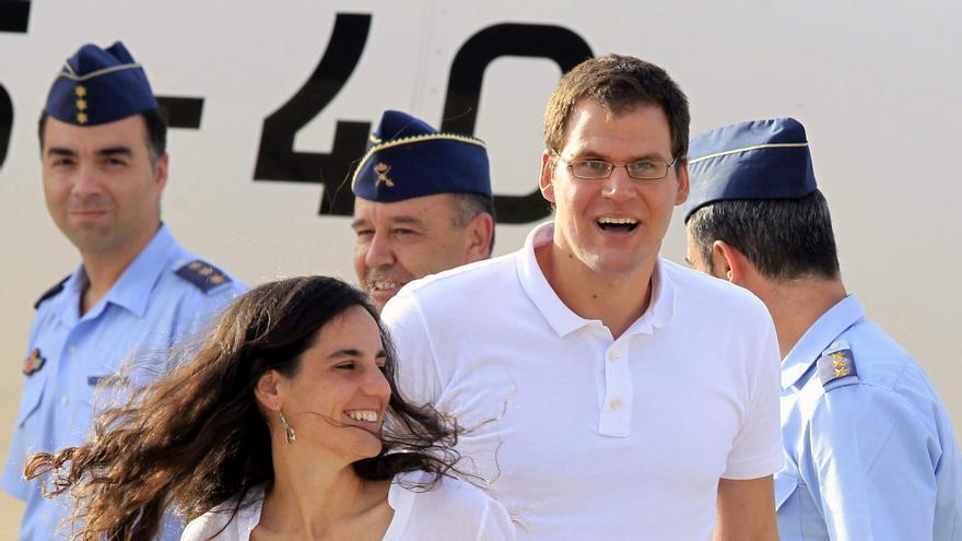 Ainhoa Fernández de Rincón y Enric Gonyalons, los dos cooperantes españoles liberados tras nueve meses de secuestro, a su llegada a la base aérea de Torrejón de Ardoz / EFE-Gustavo Cuevas