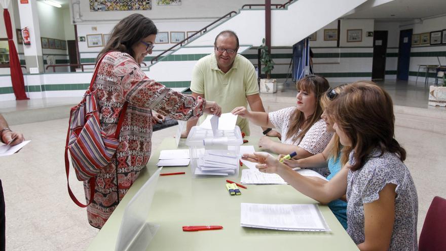 Un momento de las votaciones en un centro educativo valenciano