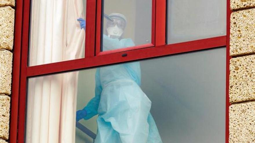 Trabajador protegido en el Centro Sociosanitario de Fasnia. (EFE)