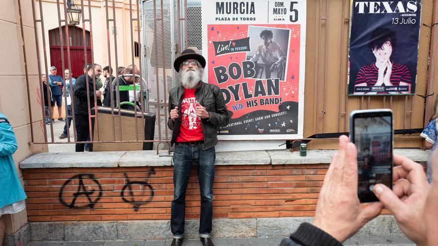 Miguel Angel y Floren se fotografían antes de entrar al concierto de Bob Dylan junto a uno de los carteles. Miguel Angel es miembro de un club que tocan versiones de canciones de Bob Dylan.