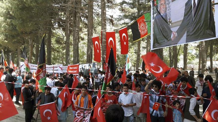 Centenares de turcos se manifiestan en Kabul en favor del Gobierno tras el golpe
