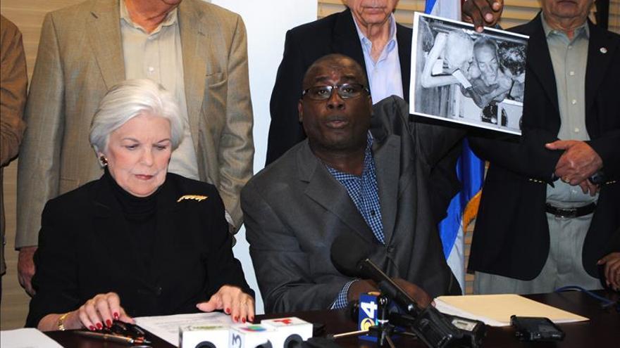 """El opositor cubano Jorge Luis García Pérez """"Antúnez"""" (dcha.), junto a la presidenta de la Organización """"Mar por cuba"""", Silvia Iriondo, durante una rueda de prensa celebrada en Miami, Florida"""