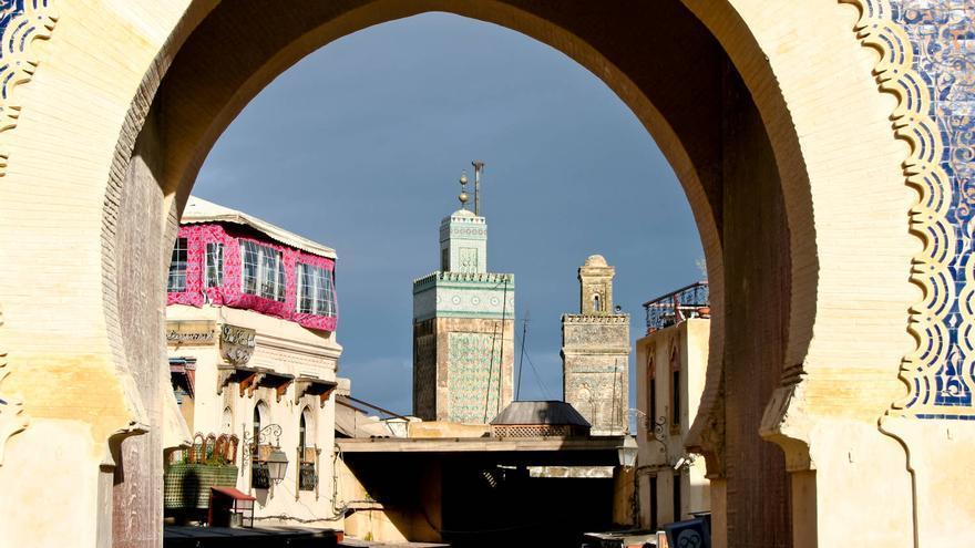 Minaretes desde Bab Boujeloud, la puerta azul de Fez. VIAJAR AHORA