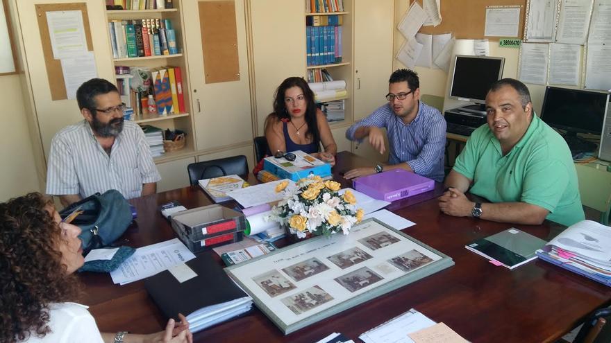 El alcalde de Barlovento (segundo por la derecha) con miembros de Asociación de Verseadores Canarios Ochosílabas.