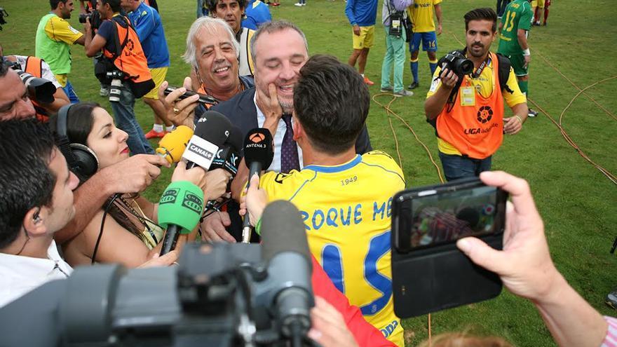 Roque Mesa celebra el ascenso con Miguel Ángel Ramírez.  (ALEJANDRO RAMOS)