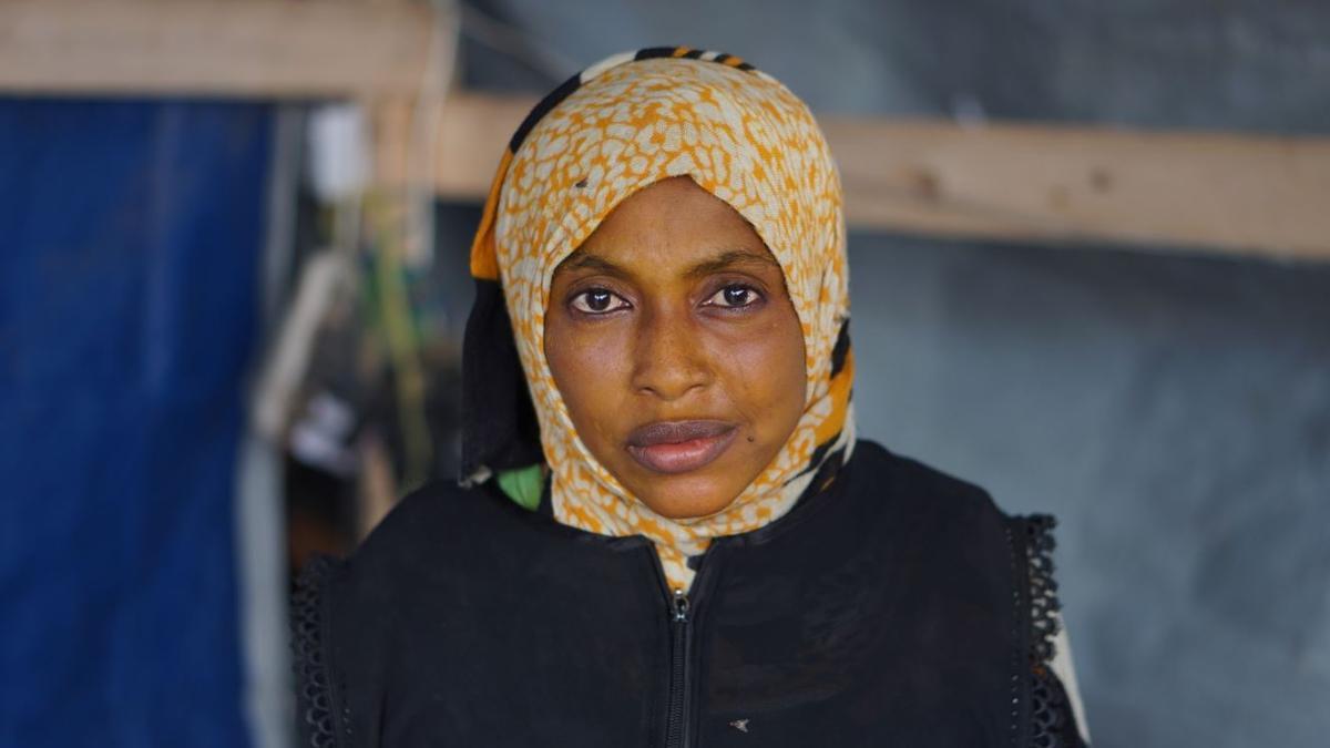 Shofah Sulayman, desplazada interna yemení. A causa de la guerra, perdió a su marido y su hogar. Cuida sola de sus hijos.