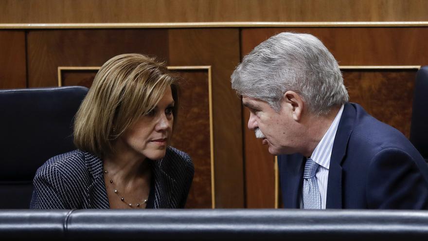 María Dolores de Cospedal charla con Alfonso Dastis durante un pleno del Congreso.