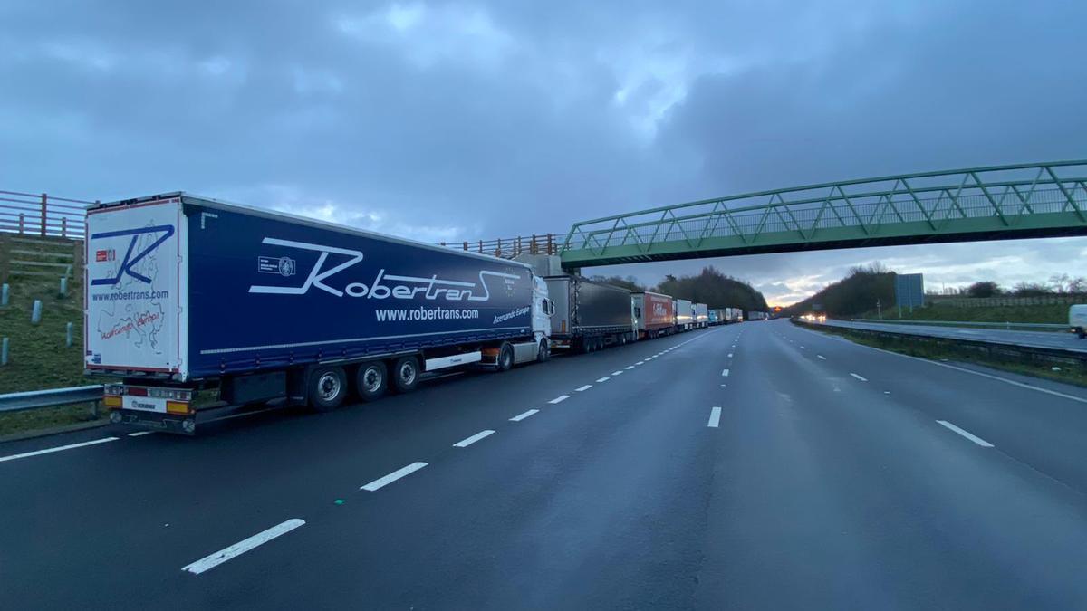 Camiones parados en el arcén en Inglaterra por las restricciones de movilidad