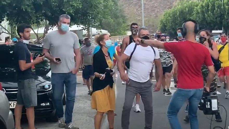 Manifestantes de Tunte obligan a un equipo de la Televisión Canaria a refugiarse en su furgoneta por una acusación sin fundamento