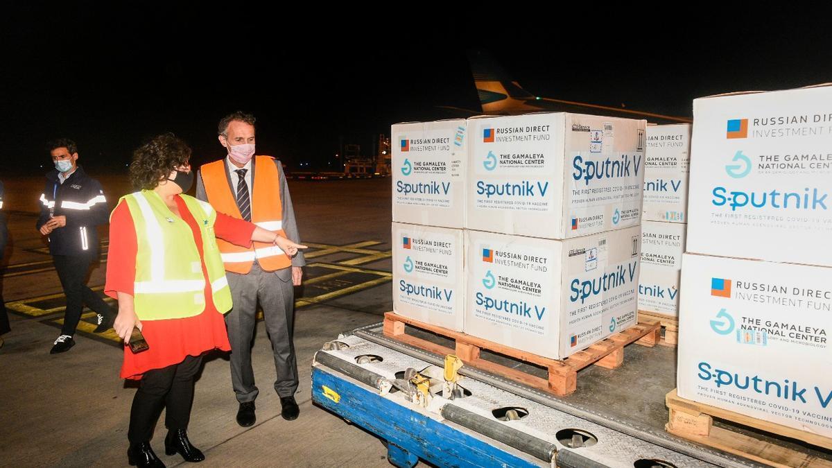 La ministra Vizzotti recibe uno de los cargamentos de Sputnik V. Argentina firmó un acuerdo para acceder a 30 millones de dosis rusas.