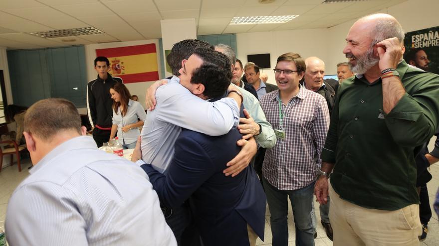Celebración en la sede de Vox en Las Palmas. (ALEJANDRO RAMOS)
