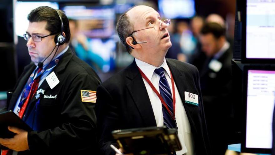 Wall Street se hunde con una bajada del 6,8 % del Dow Jones por el coronavirus y el petróleo