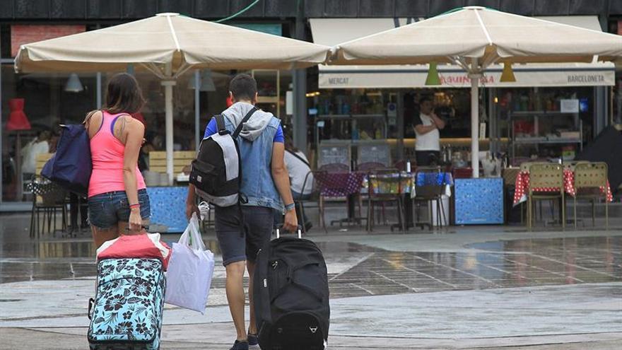 Dos jóvenes, iniciando un viaje con su equipaje