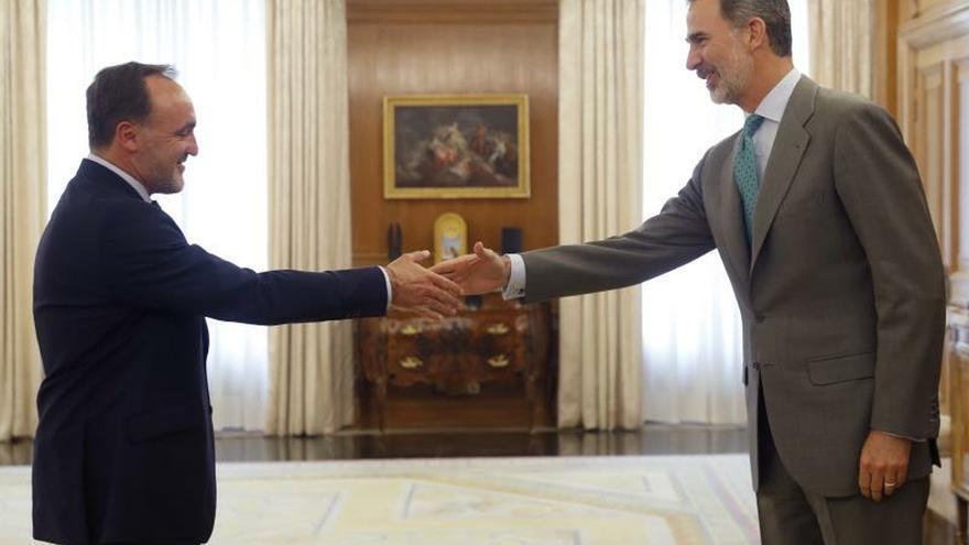 El presidente de Unión del Pueblo Navarro (UPN), Javier Esparza, saluda al rey