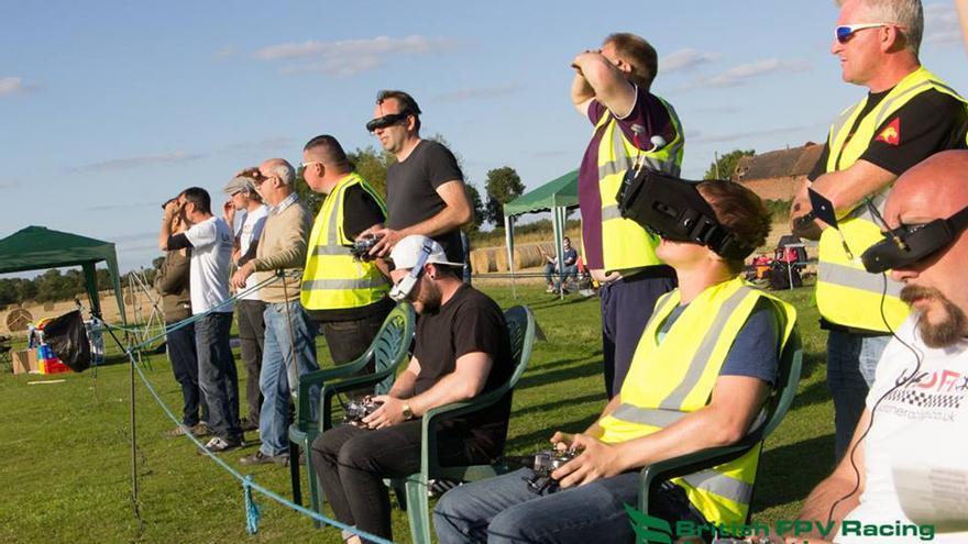Los jóvenes pilotos de una de las competiciones de la British FPV Racing Association