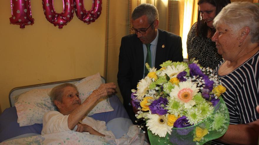 Sergio Matos y Gazmira Rodríguez visitaron a la anciana centenaria.
