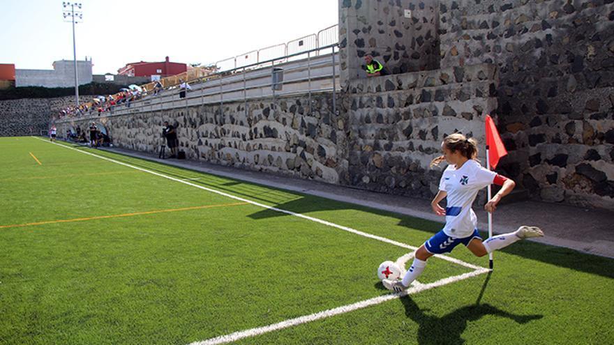 Bea ejecuta un córner en el campo cuatro de la Ciudad Deportiva durante el partido CD Tenerife-CDA Granadilla.