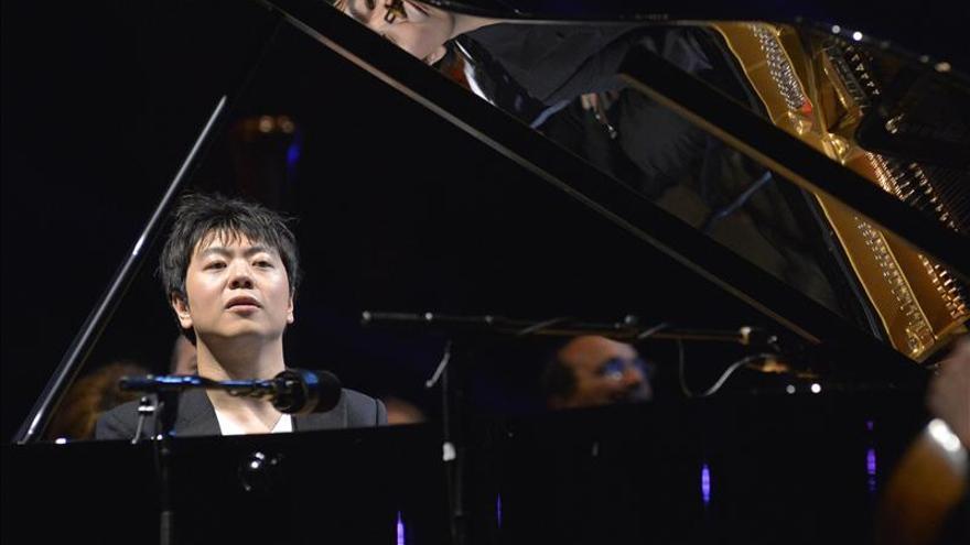 Lang Lang visita el Camp Nou y ofrece un improvisado recital al aire libre