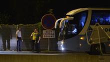 Agentes de la Policía Nacional de Francia detienen a un autobús en el peaje de Biriatou
