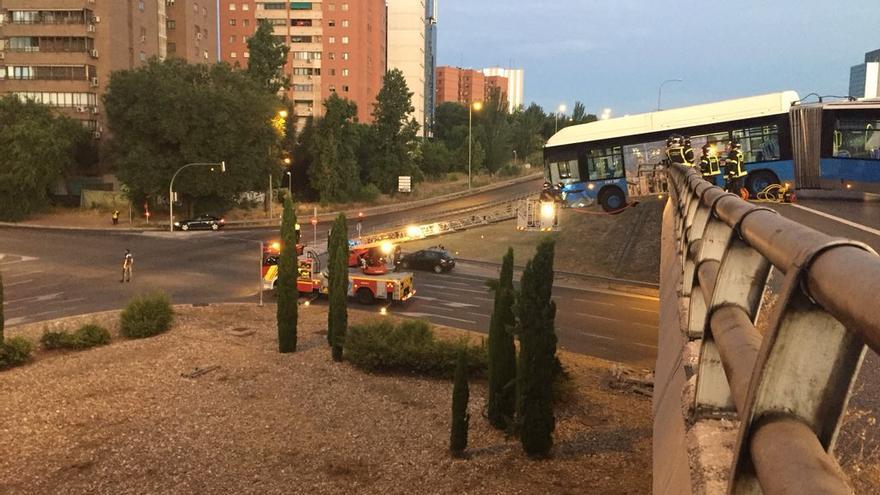 Un autobús del Mad Cool colgado del puente de la M-11 en Madrid.