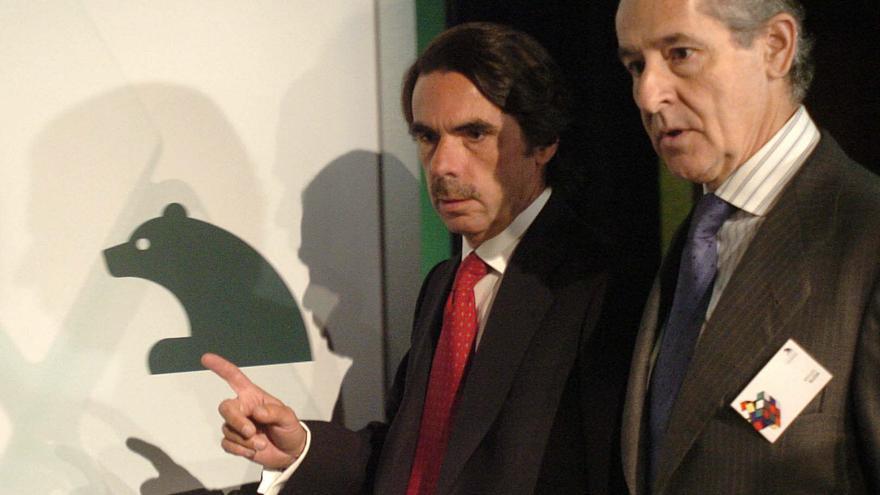 El ex presidente del Gobierno José María Aznar y el entonces presidente de Caja Madrid, Miguel Blesa, en junio de 2006. EFE